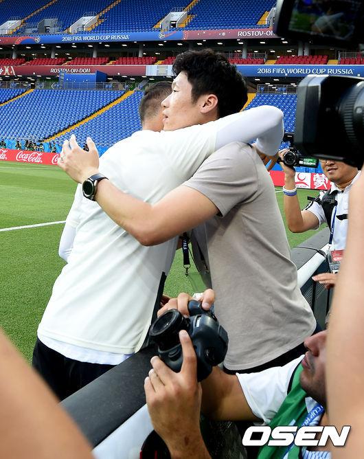 [사진]박지성, 치차리토와 포옹으로 인사