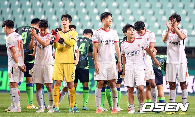 [사진]서포터즈에게 박수 보내는 제주 선수들