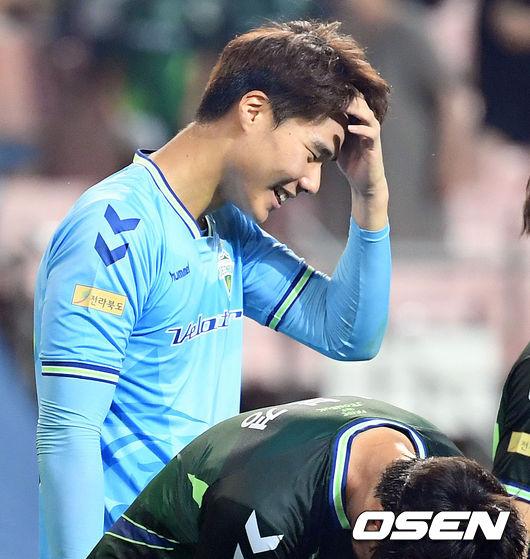 [사진]전북 골키퍼 송범근,무실점 미소