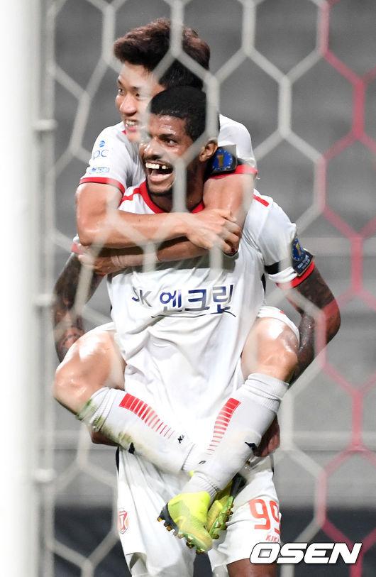 [사진]극장골로 FA컵 8강 이끈 제주 찌아구, 어화둥둥