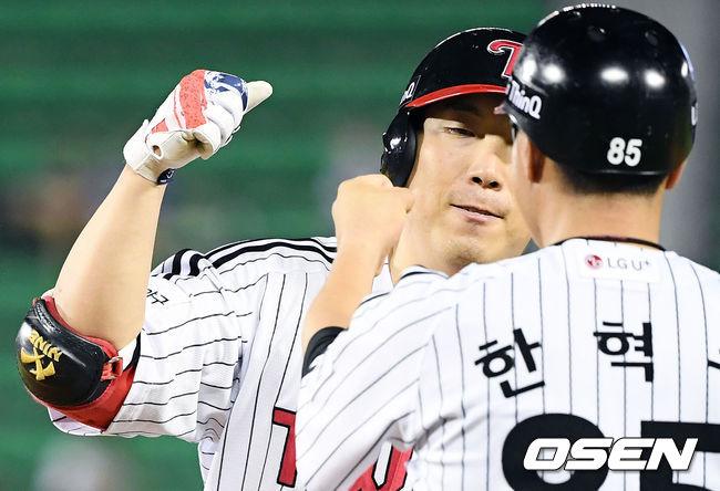 [사진]만루찬스 2타점 동점 적시타 김현수,한혁수 코치와 기쁨을