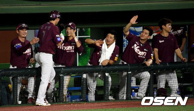 [사진]넥센 더그아웃, 김하성 투런포에 싱글벙글
