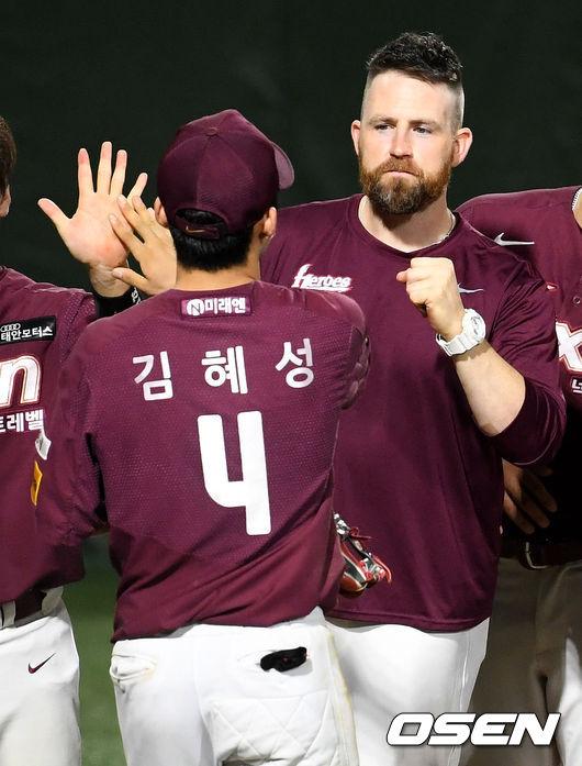 [사진]김혜성-해커, 승리 이끌었어