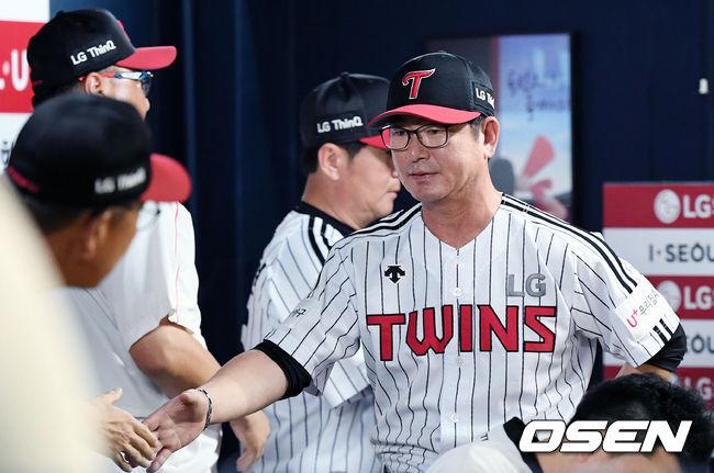 [사진]코치진과 8연패 탈출 기쁨 나누는 LG 류중일 감독