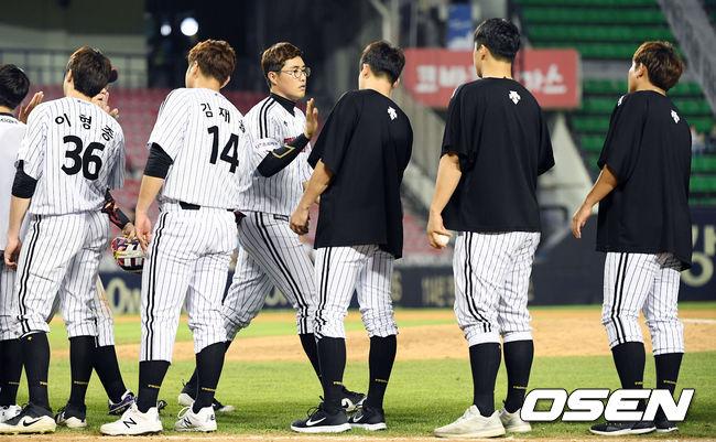 [사진]결승타 채은성,동료들과 승리 하이파이브