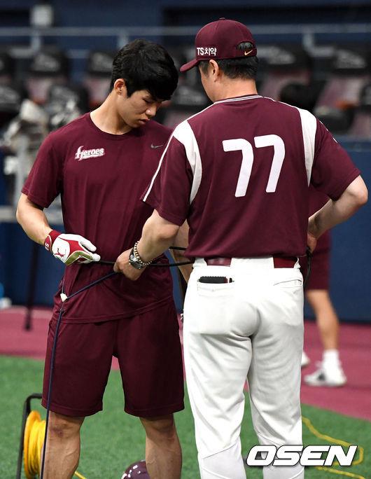 [사진]김혜성-강병식 코치, 고무밴드 묶고 훈련해볼까