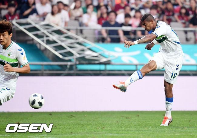 [사진]로페즈,골대 맞추는 회심의 강슛!