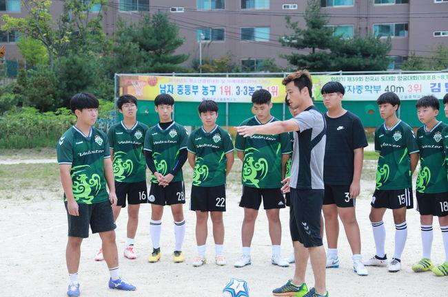 축구 꿈 전도 녹색전사 전북, 드림필드 4강 진출교 방문... 클리닉-사인회