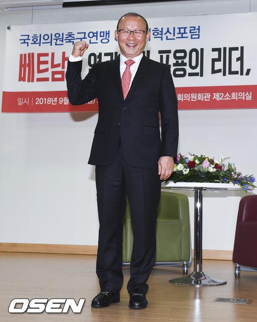 [사진]베트남 박항서 감독,국회서 주먹불끈