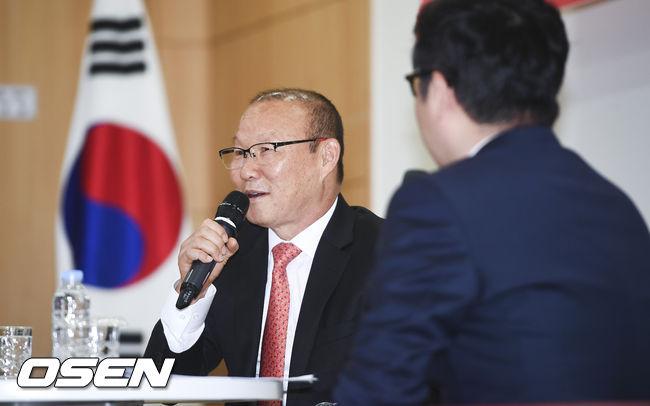 [사진]국회서 강의하는 베트남 박항서 감독