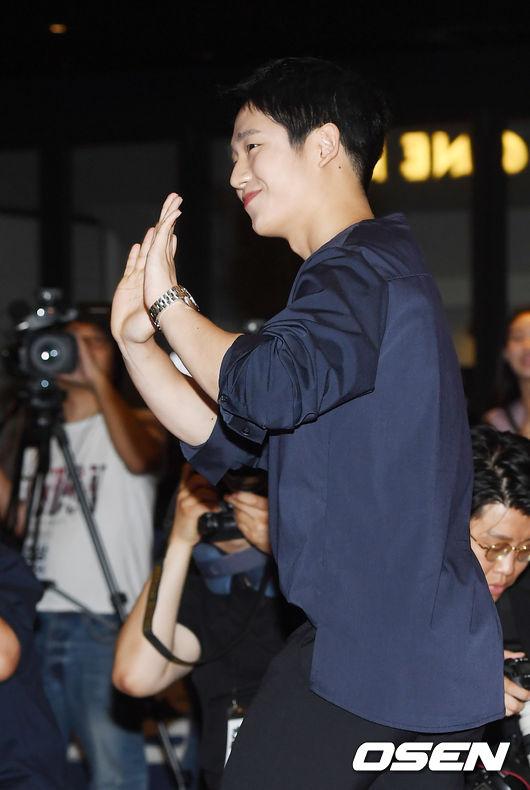[사진]정해인,꽃미소 날리며 손 인사