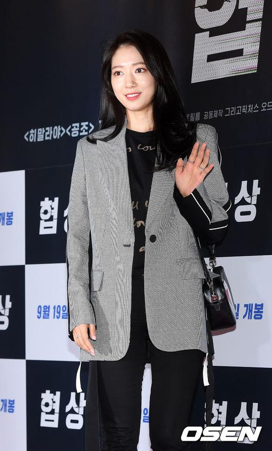 [사진]박신혜,백옥피부 뽐내며 손 인사