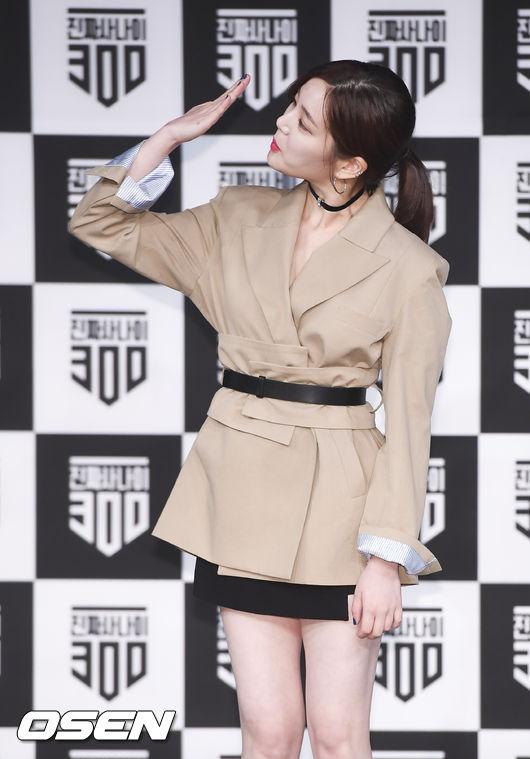 [사진]이유비,거수경례 손이 이렇게?