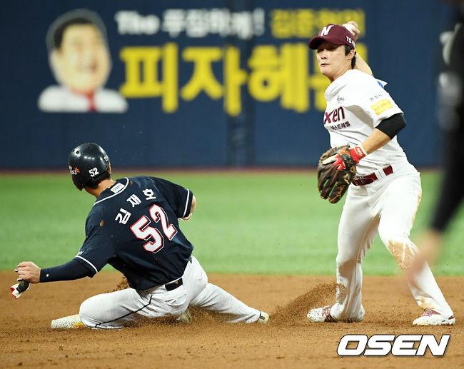 [사진]김하성,병살로 잡아야해!