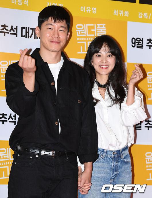 [사진]김무열-윤승아 부부,두손 꼭 잡고 하트