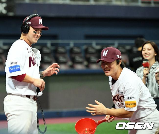 [사진]김하성,박병호 인터뷰때 바가지로 축하물세례