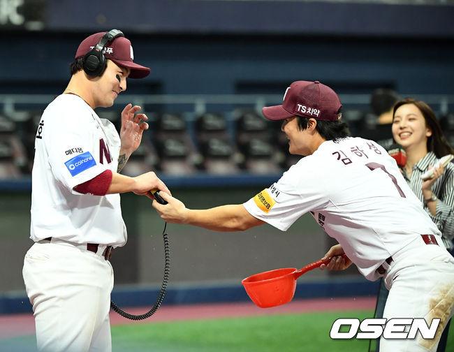 [사진]김하성,박병호 물세례 후 마이크 털어주며 도망