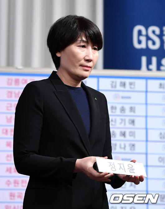 [사진]이도희 감독,경남여고 정지윤 지명