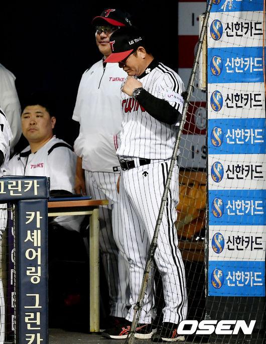 [사진]고개 떨군 LG 류중일 감독