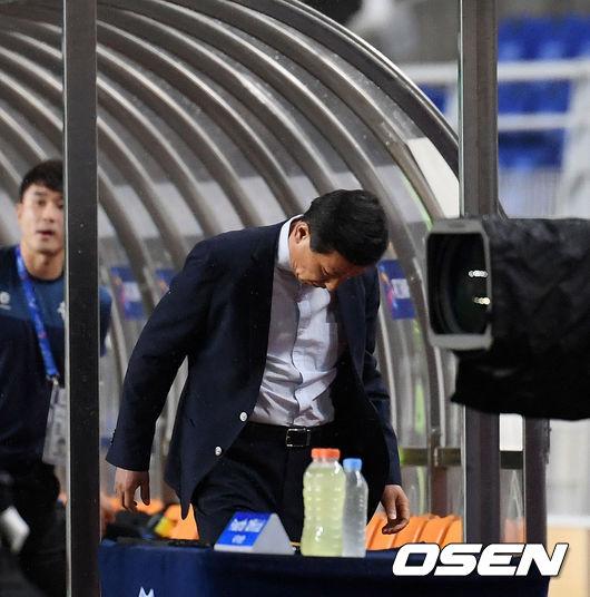 [사진]전반 종료 후 고개 숙인 체 라커 향하는 최강희 감독