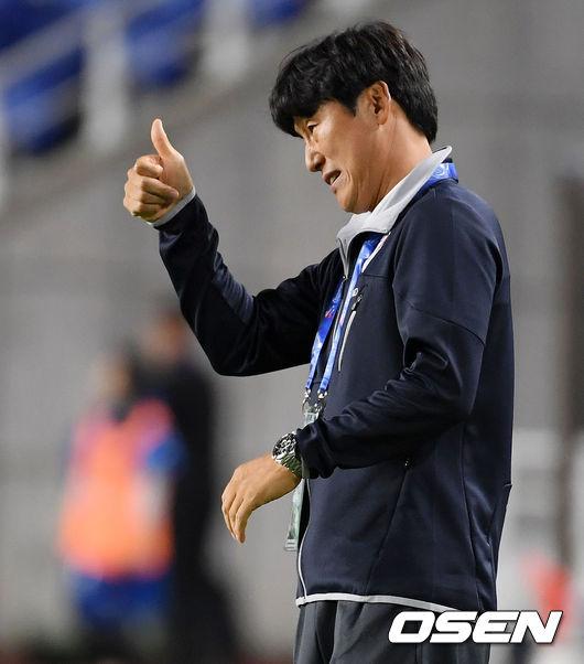 [사진]선수들에게 엄지 척 보내는 수원 이병근 감독대행