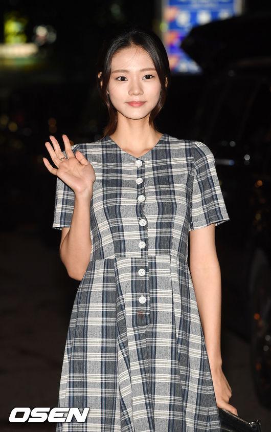 [사진]김혜지,사랑스러운 손 인사