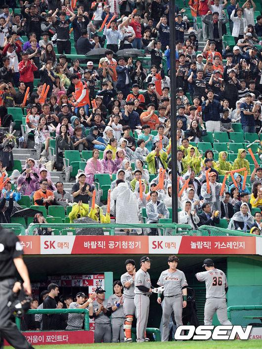 [사진]팬들의 박수 받으며 강판되는 장민재