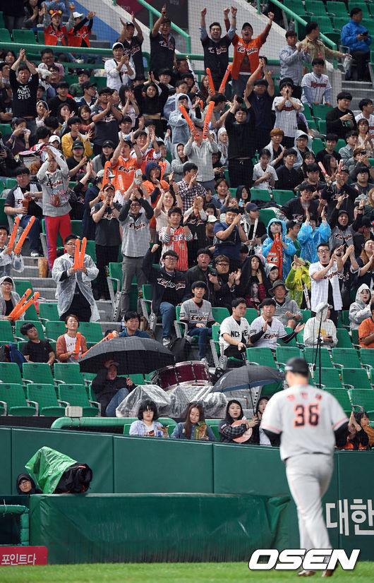 [사진]강판되는 장민재에게 박수 보내는 한화 야구팬들