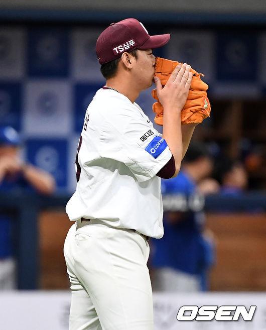 [사진]승리 지킨 윤영삼,글러브 키스