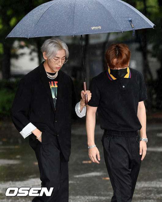 [사진]갓세븐 뱀뱀-잭슨,우산 함께쓰고 뮤뱅 출근