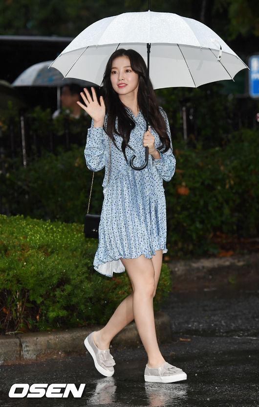 [사진]오마이걸 아린,우산쓰고 사랑스럽게 인사
