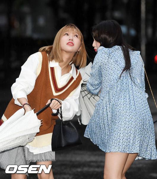 [사진]오마이걸 미미-아린,아직 비가 많이 내려