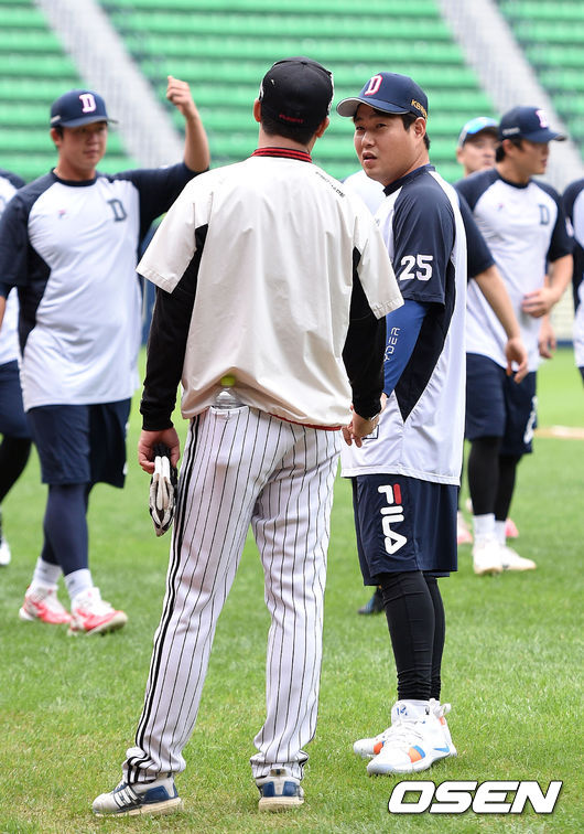 [사진]이병규 코치,양의지와 손 꼭 잡고