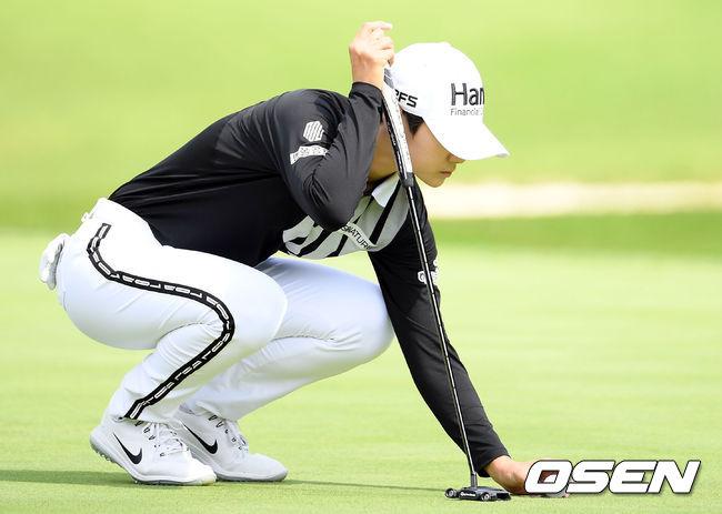 [사진]그린 퍼팅 준비하는 박성현