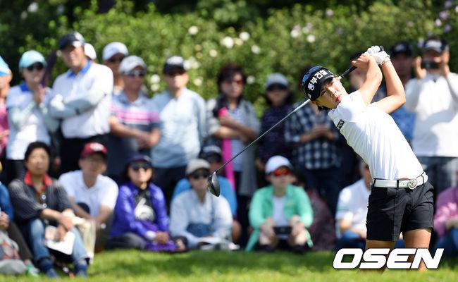 [사진]많은 갤러리들 지켜보는 가운데 티샷 날리는 박주영