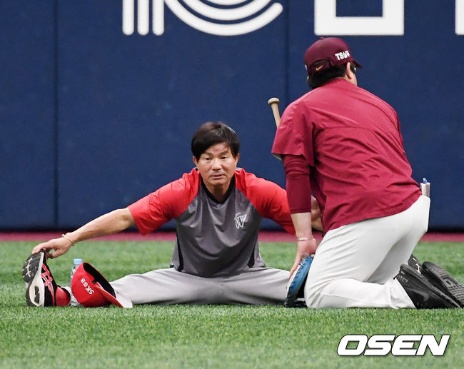 [사진]김성갑 수석 코치,나도 몸 좀 풀자