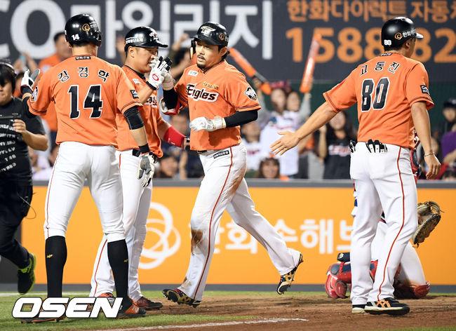 [사진]스리런홈런 쏘아올린 후 팀원들에게 축하 받는 이용규