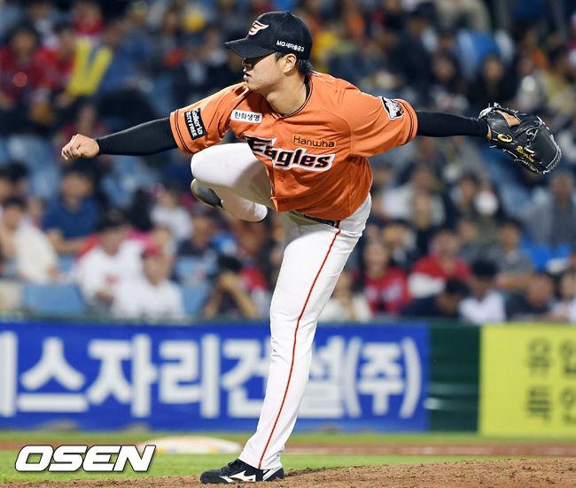 [사진]힘차게 공 뿌리는 한화 김종수