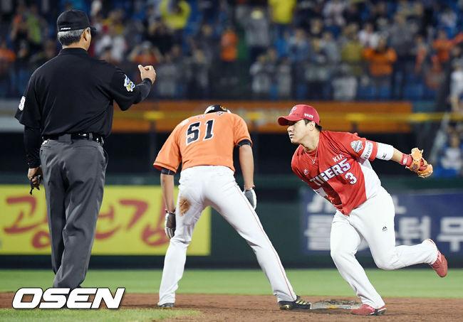 [사진]김선빈,길었던 8회 위기 탈출 성공