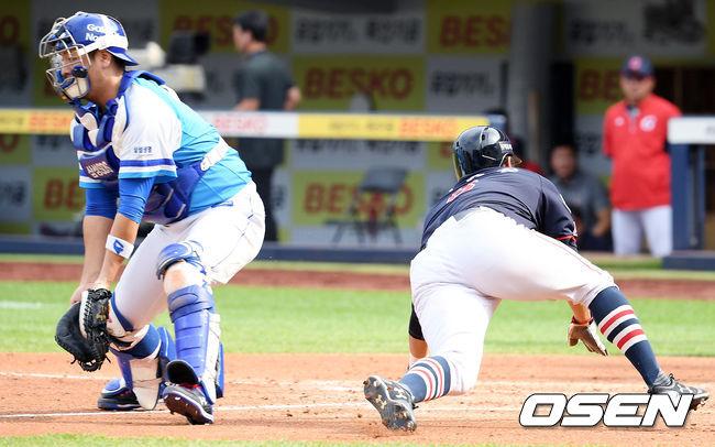 [사진]전준우,몸 날려 동점 득점