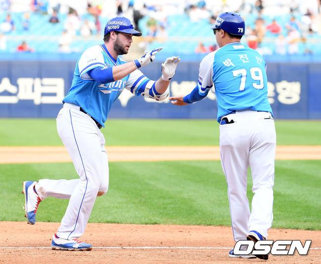 [사진]러프,투런홈런 하이파이브!