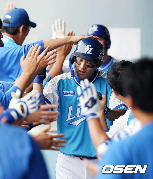 [사진]구자욱,역전 적시타에 이어 득점까지 성공