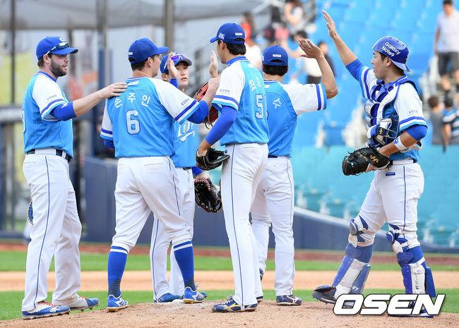 [사진]승리 기쁨 나누는 삼성 선수들
