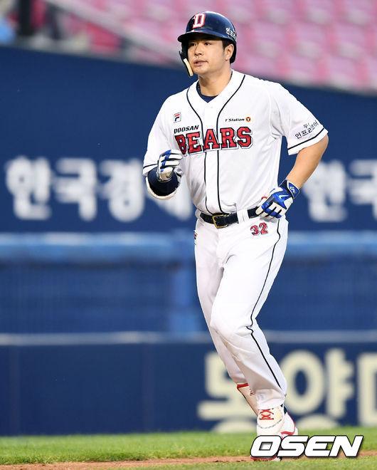 4번 자존심 김재환, KBO 최초 3년 연속 30홈런-100득점-100타점 달성