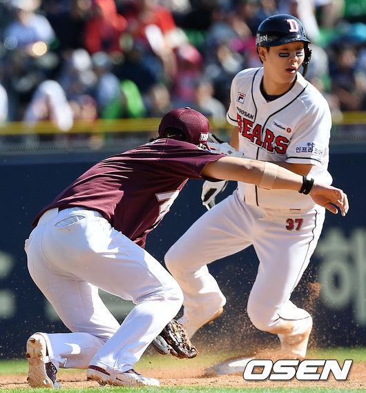 [사진]박건우, 안타 치고 도루하고