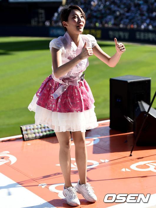 [사진]두산 치어리더, 한복 입고 싱그러운 응원