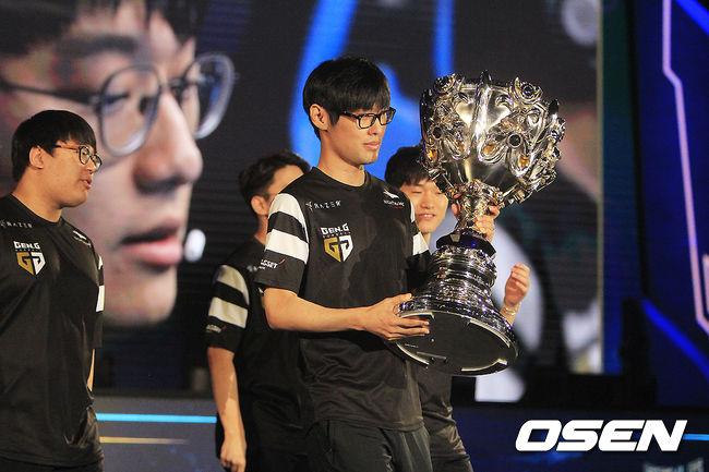 [사진] 반환되는 롤드컵 우승트로피 소환사의 컵