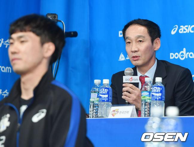 """""""잘 지내?"""" 최태웅-김철수 감독, 이적생에게 보낸 아련한 시선"""
