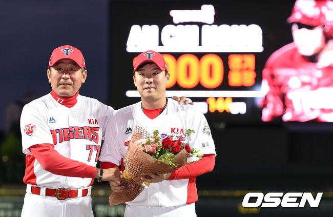 [사진]김기태 감독,안치홍 1,000경기 출장 축하해