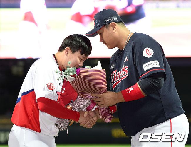 [사진]이대호,KIA 4번타자 안치홍 1,000경기 출장 축하해